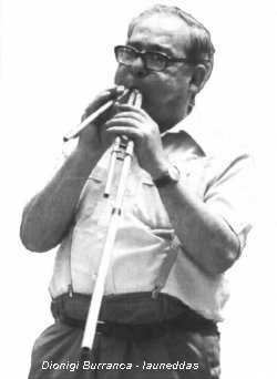 Picture of Dionigi Burranca playing launeddas pipes